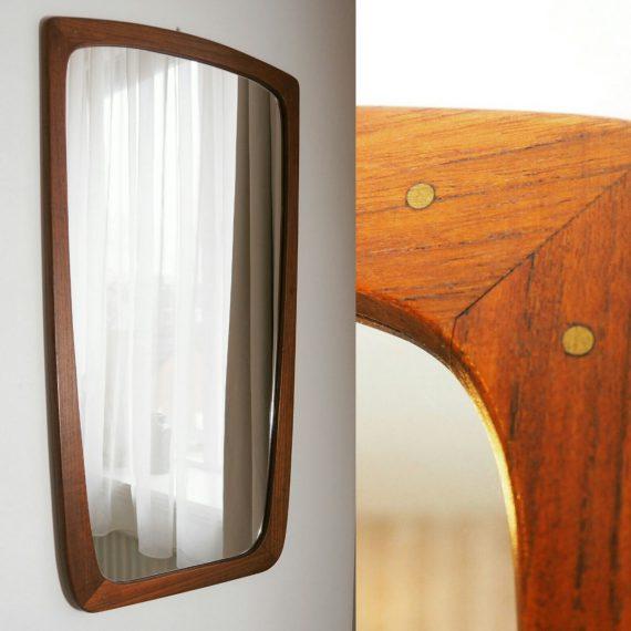 Danish design Spiegel - iets taps lopend teak frame met spots op de hoeken - 73x40cm - €350