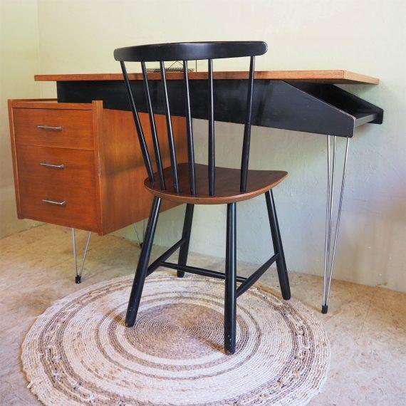 50's a-symmetrisch Hairpin Bureau / Writing Desk Cees Braakman, Pastoe - 118x60xh75cm - bij het kastje een buts langs de rand - inclusief stoel €550