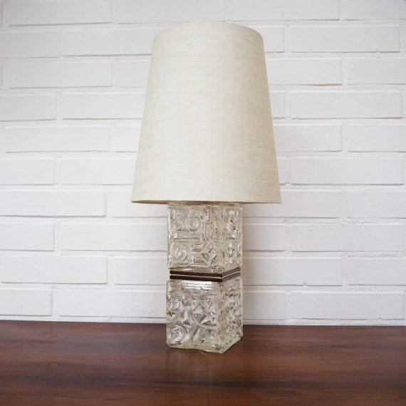 Tafellamp uit Zweden met glazen voet en teak fineer details - Stoffen kap in ecru met een lichte houtnerf print - H46cm - Zeer goede staat -Vintage Swedish design Table Lamp - €98,00