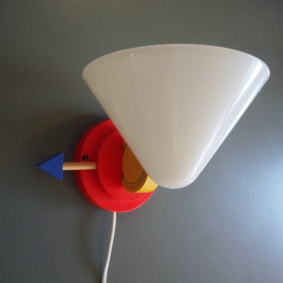 Jaren 80 IKEA Wandlamp van de Stoja serie, in Memphis style - Het lampje kan gedraaid worden met de pijl - Hout met kunststof, met diffuser in de kap - zeer goede staat - €65