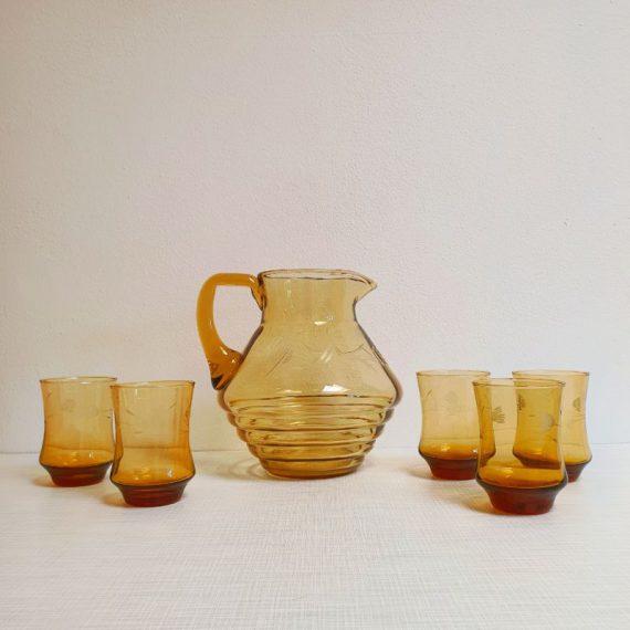 Vintage Waterkan / Sapkan set met 5 drinkglazen - Amberkleurig glas met bloem gravure - z.g.a.n. - € 28