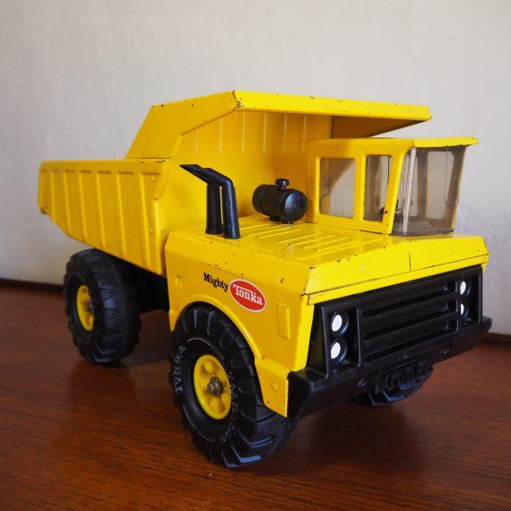Mighty Tonka dump truck - 50x20x26cm - 1976 - beetje roest in de laadbak, verder in prima staat, mooi oud geworden! - sold