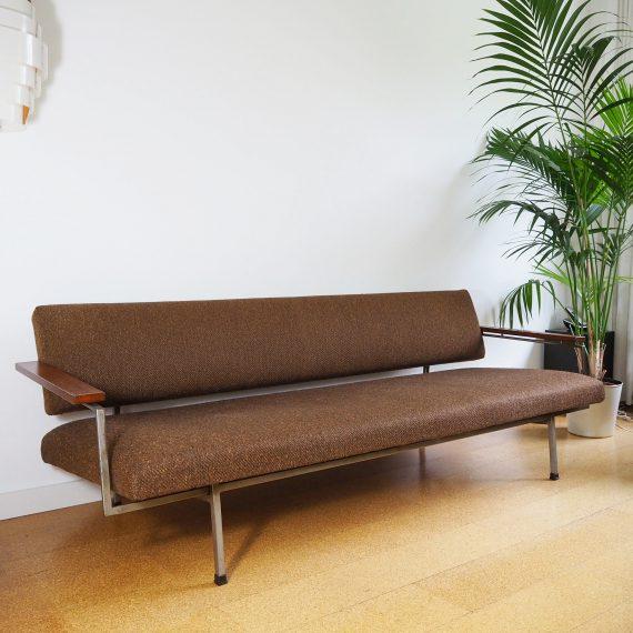 Lotus 75 Slaapbank Rob Parry voor Gelderland, jr 60. Dutch design - Originele bruine wollen bekleding (heeft een hoes om gezeten) - In zeer goede staat - L207xD77xH67cm - in 1 beweging om te zetten in een bed - €1900