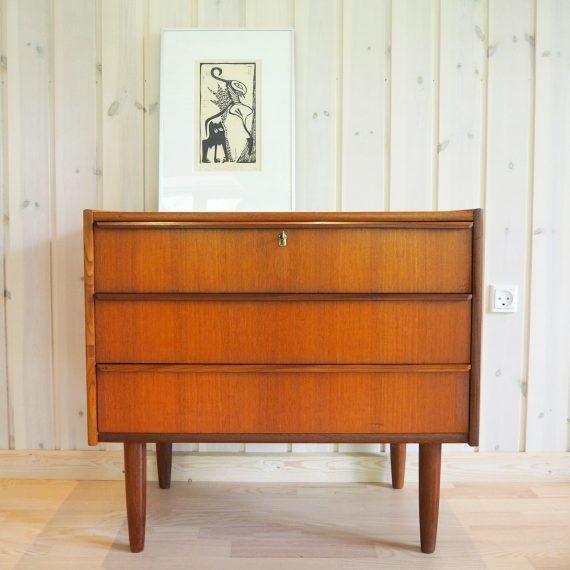 Vintage Danish design Ladenkast met 3 lades, de bovenste met sleutel - mooie slede grepen en zwaluwstaartverbindingen - 70x41xh64cm - zeer goede staat € 375