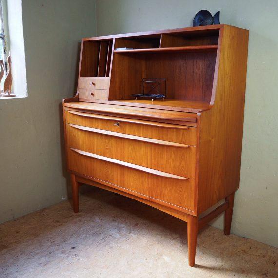 50's 60's Secretaire - Bureau met uitschuifbaar blad, 3 grote en 2 kleine lades en diverse vakken - in mooie en goede staat - sold