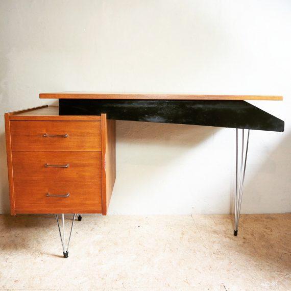 50's a-symmetrisch Hairpin Bureau / Writing Desk Cees Braakman, Pastoe - 118x60xh75cm - bij het kastje een buts langs de rand - sold