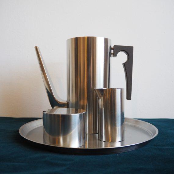 60's Cylinda-Line Coffee set - Arne Jacobsen voor Stelton - Koffiekan met deksel, melkkan en suikerpot (het dienblad is niet van Stelton maar goed bijpassend)- in goede staat - Vintage Danish design - Staal met bakelieten handvat - €295