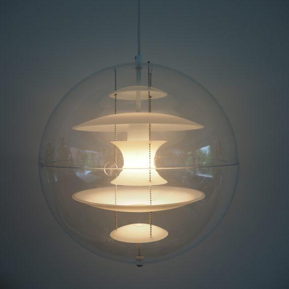 Hanglamp GLOBE van Verner Panton - kunststof bol met prachtig reflecterende schalen van opaline glas - Ø40cm - de bol heeft krasjes en bovenop wat scheurtjes bij de trekontlaster verder in goede staat - Vintage Danish design, signed - €650