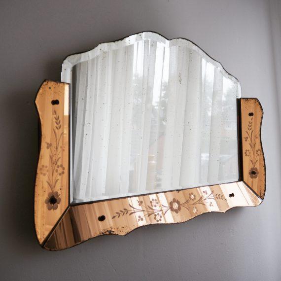 Art Deco Venetiaanse Spiegel jaren 30 à 40 geslepen glas met een koperkleurige spiegel omlijsting, en gegraveerde bloemen B65 H45 cm - met prachtig patina - Antique Art Deco Venetian Mirror - sold