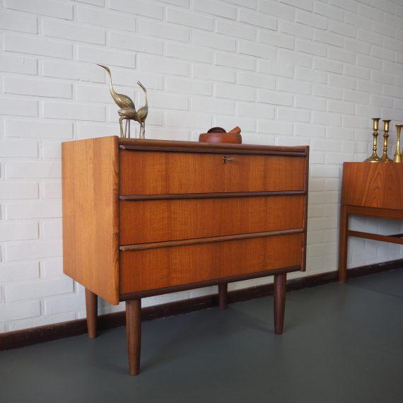 Vintage Danish design Ladenkast met 3 lades, de bovenste met sleutel - mooie slede grepen en zwaluwstaartverbindingen - 70x41xh64cm - zeer goede staat € 290