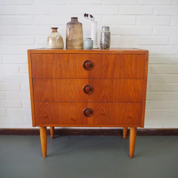 Zweeds Ladenkastje 60x33xh62cm - in goede gebruikte staat, het blad heeft leeftijdssporen en het heeft een fineer reparatie aan de bovenrand voor - Swedish design chest of drawers - sold