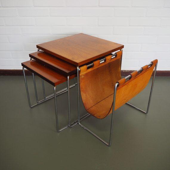 Set Brabantia nesting tables met leren lectuurvak - zeer goede staat; wat lichte gebruikssporen, het bovenste tafeltje is wat lichter verkleurd dan de andere 2 - 37 x 56 x 35 cm - sold