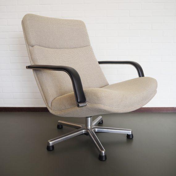 Artifort Draaifauteuil / Swivel Lounge Chair Model F141- Geoffrey Harcourt 1970 /1980 - in naturelle de Ploeg stof, armleggers bekleed met zwart leer - in zeer goede staat, wel heel licht een kring op de zitting, amper zichtbaar. Zit heerlijk! - sold