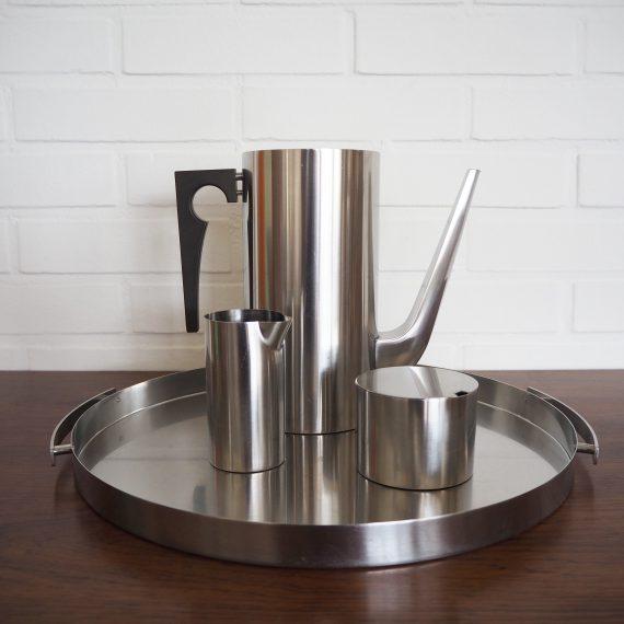 60's Cylinda-Line Coffee set - Arne Jacobsen voor Stelton - koffiekan met deksel, melkkan en suikerpot op dienblad - in goede vintage staat - Vintage Danish design - Staal met bakelieten handvat - sold