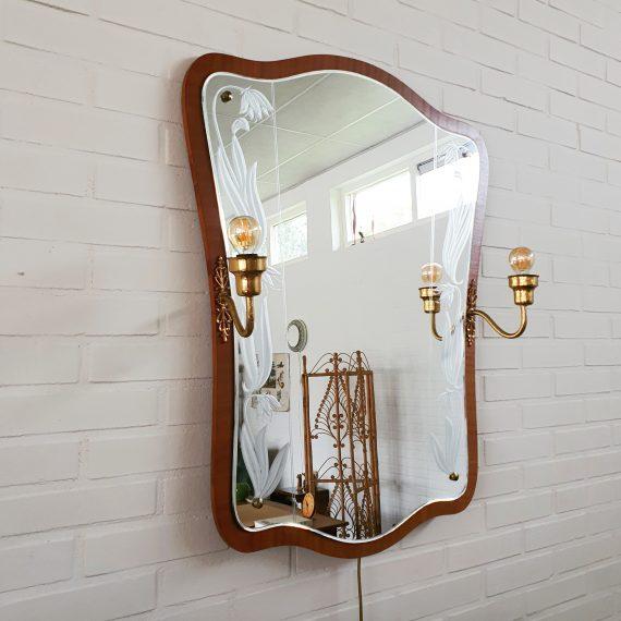Grote luxe Zweedse Eriksmalaglas Spiegel in teak met messing lampen aan beide zijden en gegraveerde bloemen - Jaren 50 - voorzien van nieuwe bedrading met schakelaar - in zeer goede staat - 84x65cm - Vintage Swedish design Mirror - inclusief de 2 nieuwe ledlampen - €620