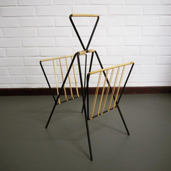Vintage Deens design Krantenrek in zwart staal met naturel/gele kunststof rasta - Danish newspaper rack - 30x28x52cm - € 85
