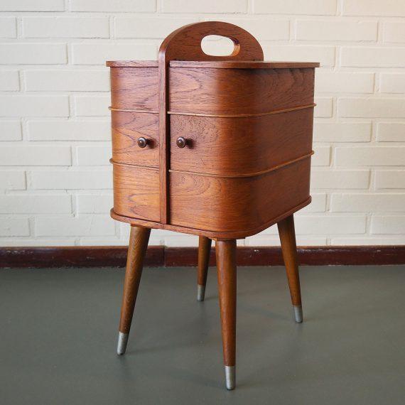 Vintage Deens design Naaibox op elegante pootjes met metalen voetjes - Teak fineer/plywood met prachtige nerf - in zeer goede staat - 35x29x60cm - Danish design Sewing Box - Sold