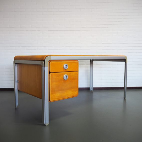 70's 'DJOB' Bureau / Writing Desk, rare, designed by Arne Jacobsen for the Danish National Bank Copenhagen -Aluminium frame met een mooi afgerond blad en ladenblok in beukenhout - in gebruikte staat wat het een industriële look geeft; er missen 3 halve voetjes, constructief in stevige goede staat- 150x77xH70cm - Zeldzaam, zeker hier in Nederland - € 850 mail voor meer foto's!