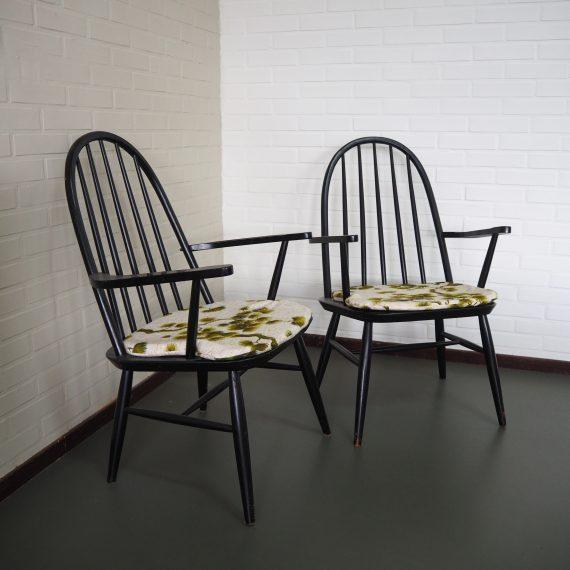 Scandinavische Spijlenstoelen / Fauteuils in zwart, met groene boho kussens op maat - B60xD46xH89cm zithoogte 40 cm - per stuk €195 Setprijs €375