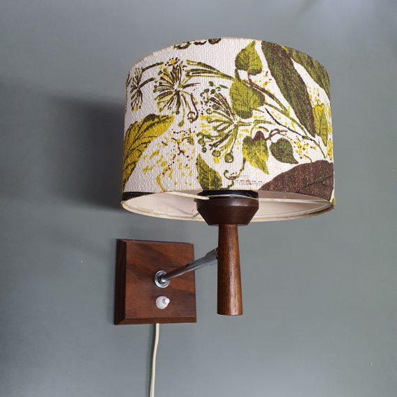 Teak Deens Wandlampje met groene bloemen kap in linnen - rolscharnier dus de kap kan een beetje draaien - in goede vintage staat - € 95