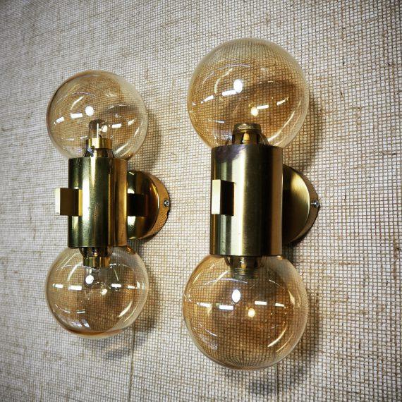 Set Vintage Zweeds design Wandlampen by Hans Agne Jakobsson, Sweden - Messing met amberkleurige bollen en trekkoord schakelaar - 32x13 cm - in goede vintage staat met gebruikssporen, 1 lamp heeft wat patina langs de rand - Prachtig als bedlampen set, erg mooi licht! - Sold