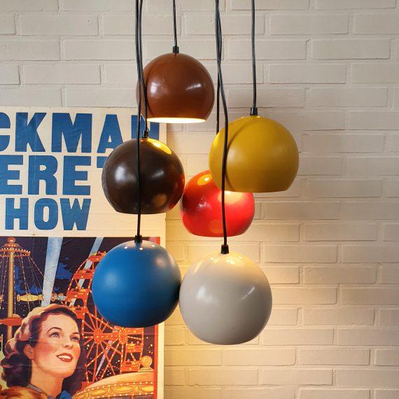 Vintage Cluster Hanglamp met 6 kleurige metalen bollen - zou van Herda kunnen zijn - Met grote witte plafondplaat en per bol in lengte verstelbaar, de langste is 185cm - in goede vintage staat, de gele bol heeft wat strepen en de blauwe een veegplek - Memphis / jaren 80 style -sold
