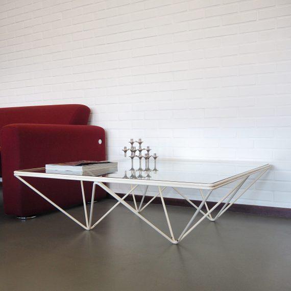 Salontafel / Coffee Table ALANDA by Paolo Piva for B&B Italia - Geometrisch en luchtig vormgegeven onderstel van wit gelakt metaal met een blad van dik glas - in goede vintage staat; hier&daar wat lak er af, het blad heeft oppervlakkige gebruikerssporen maar geen chips of schade - Jaren 80 Postmodern design, de witte uitvoering zie je niet vaak! - 100x100x31,5cm - €795