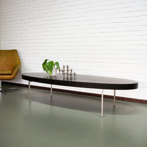 Salontafel Antonio Citterio, B&B Italia, 80's coffee table - ovaal dik blad in massief eiken met zwarte fineerlaag , hier en daar wat reparaties langs de rand, slanke rvs poten - 160x36x60 cm - €495