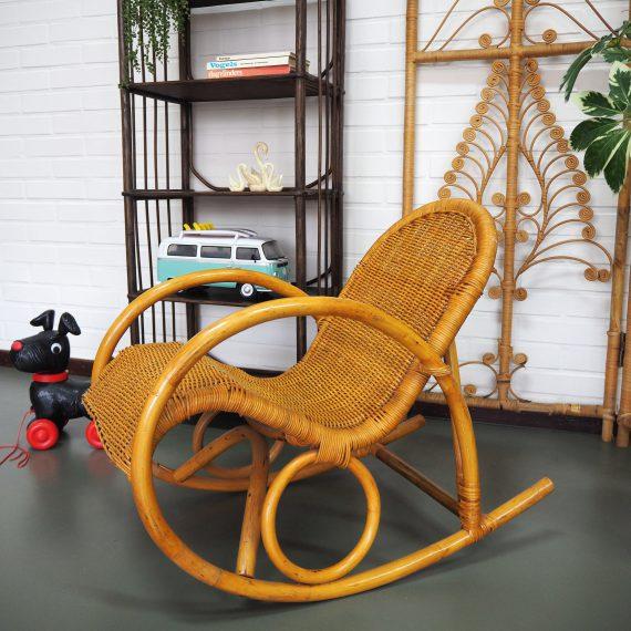 Vintage Rotan Kinder Schommelstoel (ongeveer 2- tot 5 jarigen) Retro Kinderstoel - B34xH54cm Zithoogte (hoogste deel) 32cm - zeer goede staat -€55