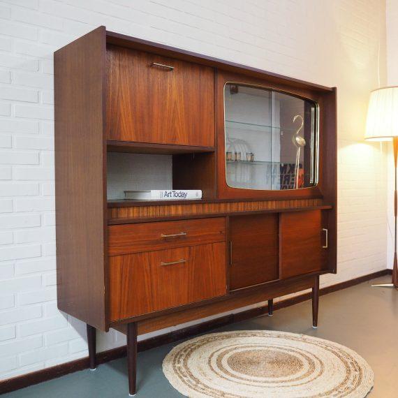 Vintage Wandmeubel - Buffetkast / Vitrinekast - B150xD40xH136 cm - in goede vintage staat - met lade, 2 schuifdeuren, 1 vitrinegedeelte met glazen deuren en legplank, 1 klep onder, en boven een klep met ruimte voor dranken; met spiegelachterwand en verlichting - €775