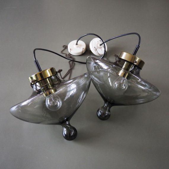 2 stuks Rookglazen Druppellamp B-1052 High Chaparrel RAAK Amsterdam (gemerkt) - H70cm en H115cm, incl originele plafondkap - in zeer goede staat, bij de langste is er enkel wat 'goud' van de rand gesleten - per stuk NU; €235, Setprijs €450