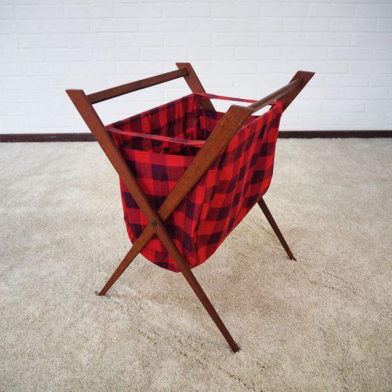 Deense Naaimand, inklapbaar teakhouten onderstel met mand in de originele rode geruite stof, vakken binnenin - Danish design Sewing basket - prima staat - €85