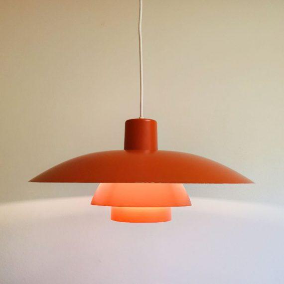 Vintage Deens design Oranje PH 4/3 Hanglamp - Danish design by Poul Henningsen for Louis Poulsen - in goede staat, bij de rand en bovenop een plekje met een klein beetje lak er af - ø 40 cm H 20 cm - € 275