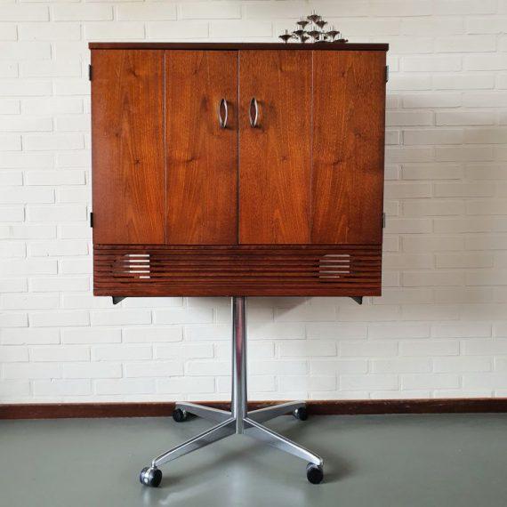 Vintage design Audio / TV Kastje op chromen voet met wielen - geheel omklapbare deurtjes - B78xH117xD38cm binnenmaten: B74xH50xD29/37cm - € 165