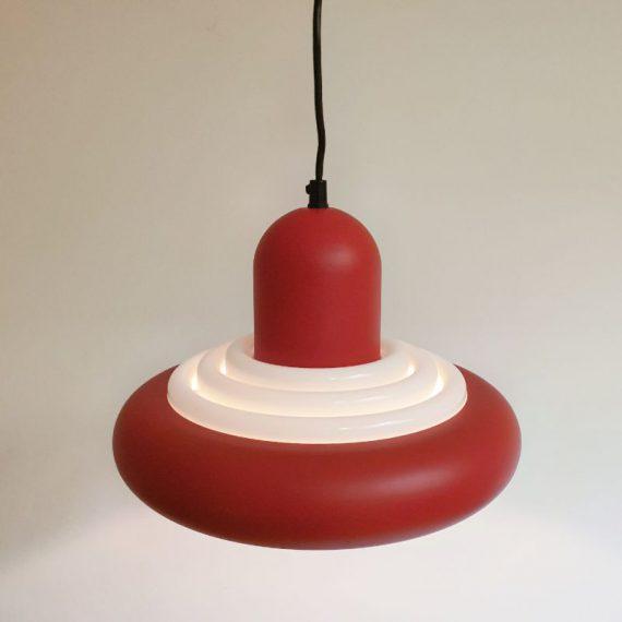 Deens design vintage Hanglamp in prima staat - Rood metaal met kunststof diffuser in wit - Ø32cm H25cm+snoer 40cm - €130