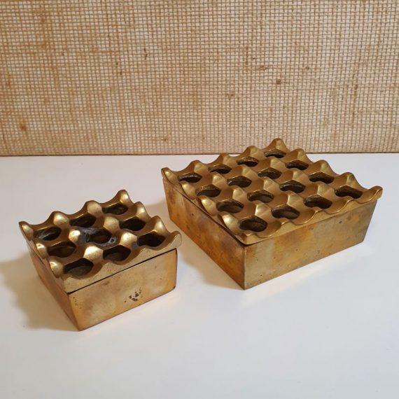 Vintage 60's / 70's messing Asbakken 'ULTIMA' by Ljungberg-Bäckström - Brass Ashtray - 12,5x12,5x5cm in goede staat €185 en 8,2x8,2x4,5 wat meer gebruikt €75