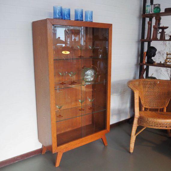 Unieke Vintage Vitrinekast Show Kast met verlichting - Teak met stevige schuine pootjes, glazen deuren met ingeslepen greepjes en 3 glazen planken in hoogte verstelbaar - in prima vintage staat met wat gebruikssporen - B71xD29xH130cm - €775